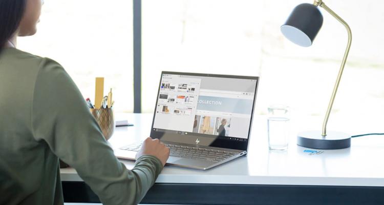 Vrouw zit achter HP Envy laptop