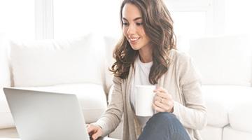 Femme avec un PC portable