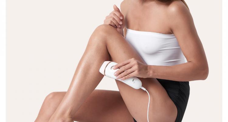 Vrouw gebruikt op haar benen de Braun Silk-expert IPL