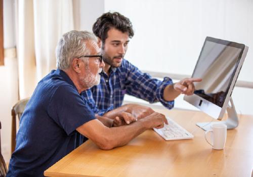 Twee mannen voor een computer